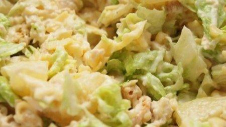 Салат из пекинской капусты и сухариками