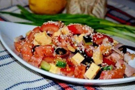 Салат с копченной курицей, овощами и кунжутом