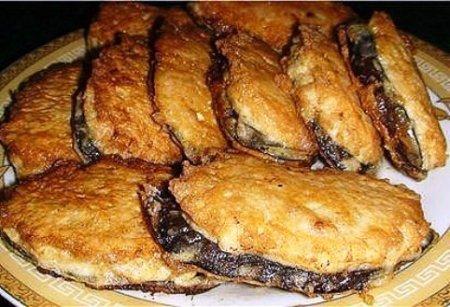 Жареные баклажаны под мясом.