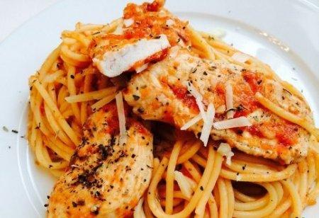 Спагетти с курицей в томатном соусе