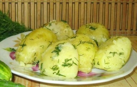 Молодой картофель с чесноком и зеленью.