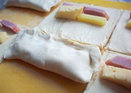 Слоеные булочки с сыром и мясом