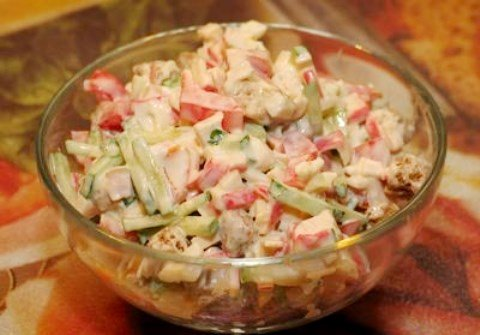 Салат с крабовыми палочками корейской морковью и помидорами