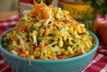 Салат с капустой, кукурузой.