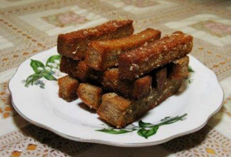 Гренки из черного хлеба с чесноком.