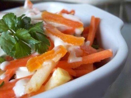 Морковный салат с курагой и йогуртом