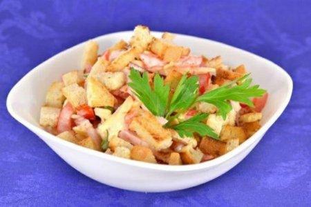 Салат из помидор с варено-копченой грудинкой, сыром и сухариками.