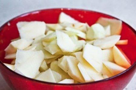 Шарлотка с яблоками на кефире