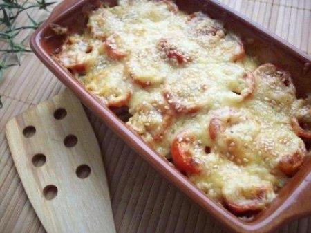 Кабачки, запеченные с шампиньонами и помидорами под сыром.
