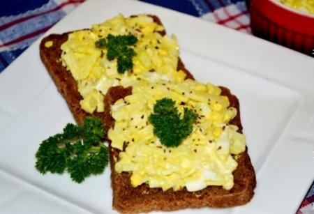 Быстрая закуска из яблок и яиц