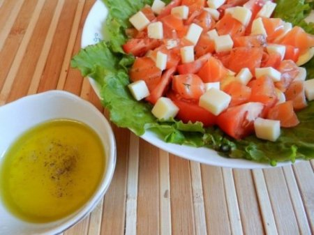 Салат с семгой и помидорам.