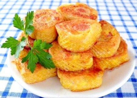 Сосиски с картофельным пюре в вафлях.