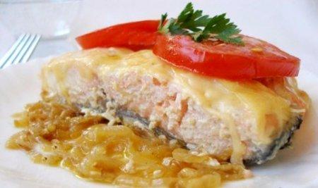 Запеченная семга с сыром и помидорами