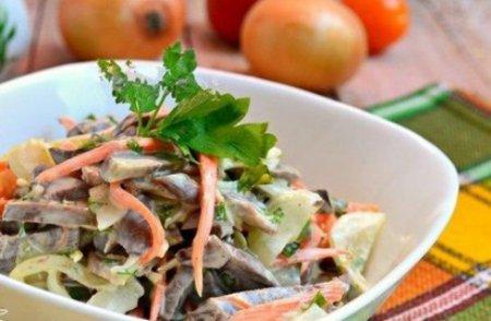 Салат из сердца с маринованным луком