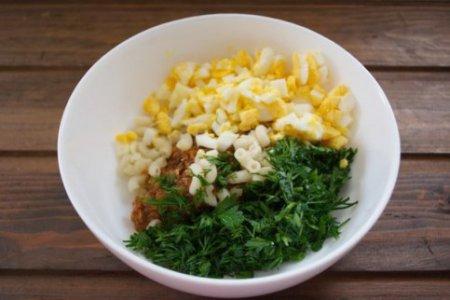Салат с сайрой и сыром