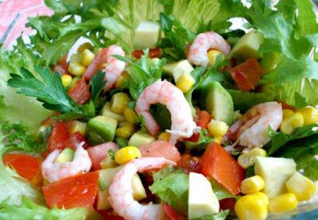 Салат с креветками, кукурузой и авокадо