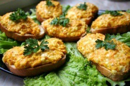 Горячие бутерброды с морковью, сыром и чесноком