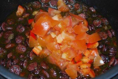 Фасоль с колбасками в мультиварке