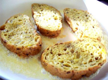 Гренки из хлеба с яйцом и сыром