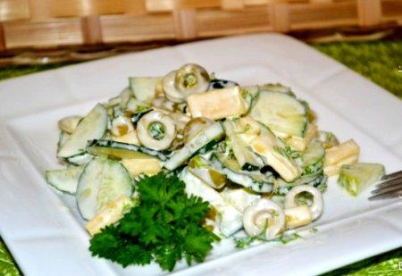 Салат с огурцом, сыром и оливками