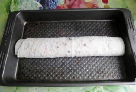 Рулет из лаваша с крабовыми палочками в духовке