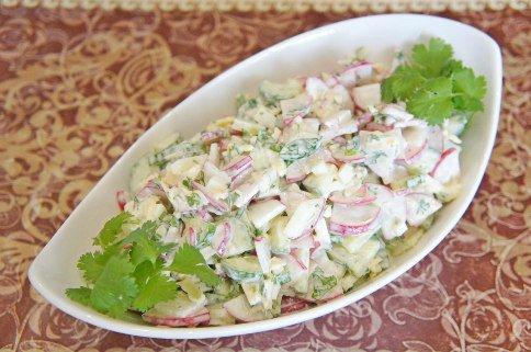 Салат из редиса, огурцов и сыра.
