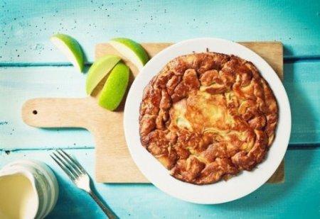 Воздушный карамельный блин с яблоками