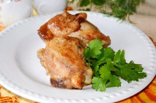Блюдо из курицы на сковороде в соусе