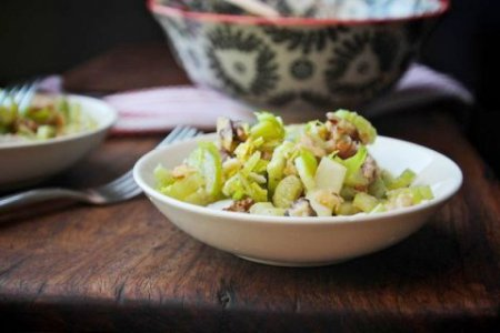 Салат с сельдереем, грецкими орехами и сыром