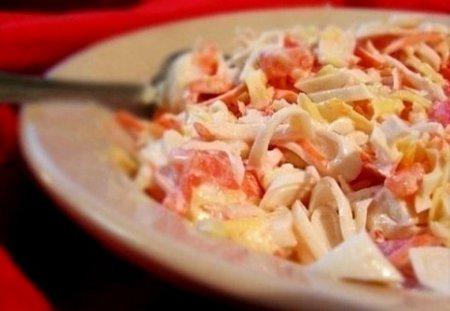 Белковый салат с кальмарами и сыром