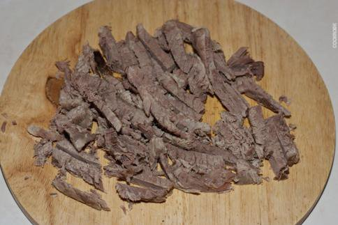 Салат из отварной говядины с киви