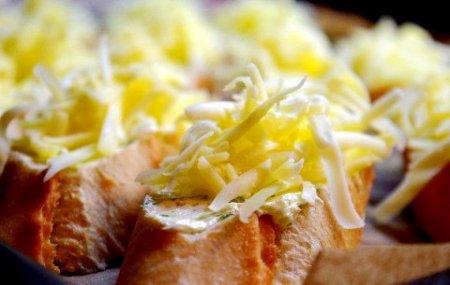 Бутерброды с чесноком и сыром.