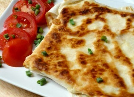 Ёка — гениальный сырный омлет в лаваше.