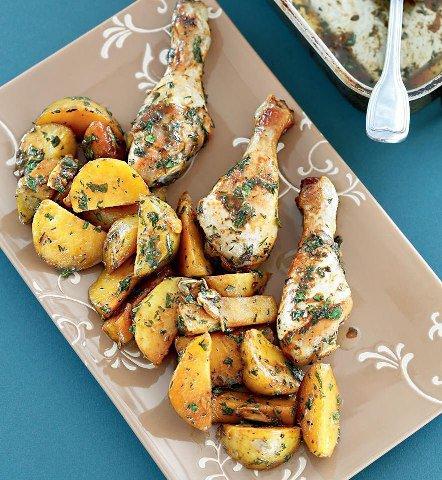 Куриные голени и печеная картошка с зеленой заправкой