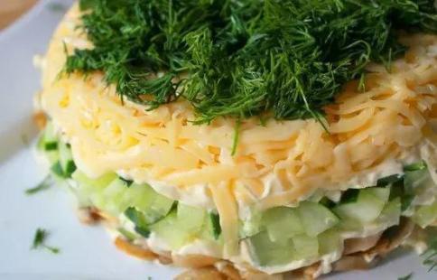 Слоёный салат с селедкой, свежим огурцом и сыром