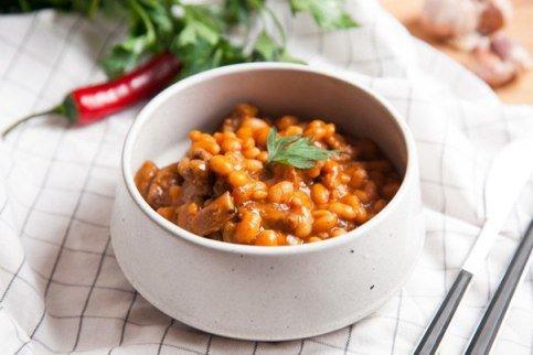 Говядина с фасолью в томатном соусе