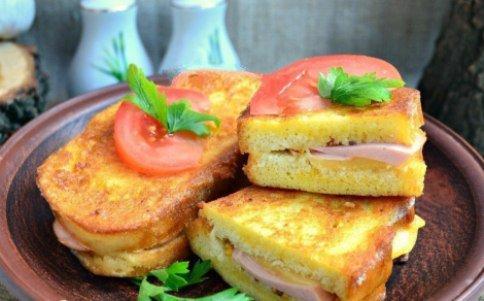 Горячие бутерброды с колбасой и сыром.