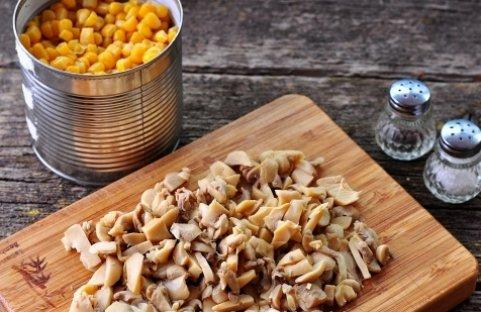 Салат с консервированными шампиньонами и кукурузой