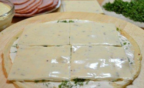 Блинные рулеты с начинкой из ветчины и сыра