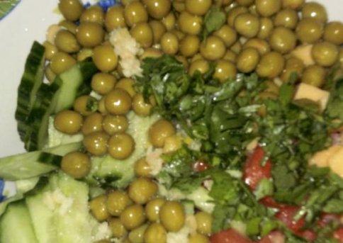 Салат из ветчины, сыра и овощей