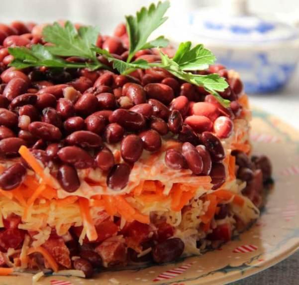 Слоёный салат с консервированной фасолью и корейской морковью