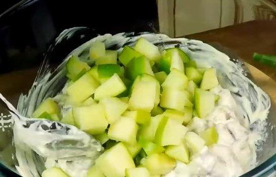 """Салат """"Сельдь по-баварски"""" с яблоком"""