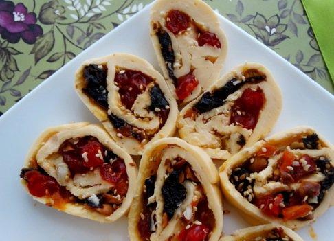 Сырный рулет с сухофруктами и орехами