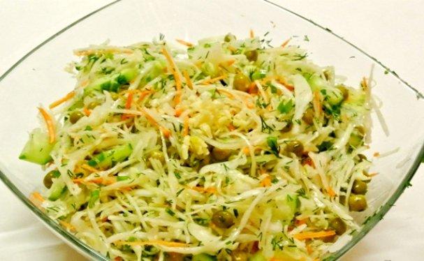 Салат из капусты с зеленым горошком