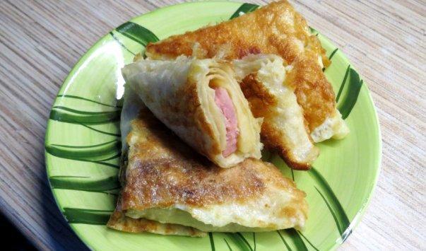 Треугольники из лаваша с колбасой и сыром»>