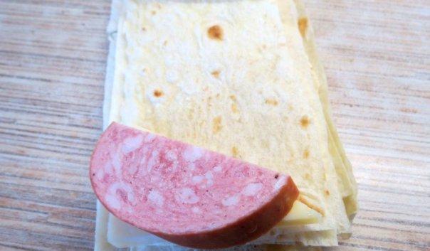 Треугольники из лаваша с колбасой и сыром ♨