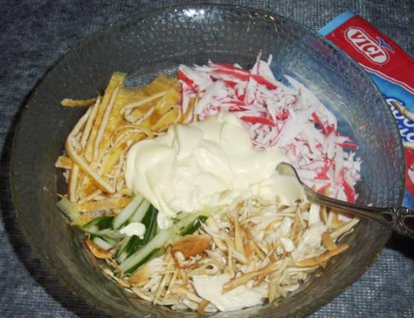 Салат с сыром-косичкой и крабовыми палочками ♨
